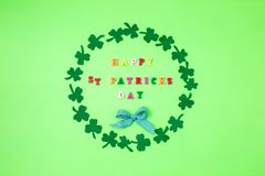 Ευτυχής ST Πάτρικ ημέρα κειμένων και πράσινη διακόσμηση τριφυλλιού Σχέδιο καρτών Patric στοκ εικόνα