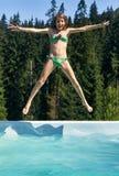 Ευτυχή άλματα κοριτσιών στην πισίνα στη μορφή του αστεριού στοκ φωτογραφίες με δικαίωμα ελεύθερης χρήσης