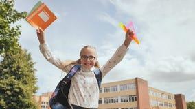 Ευτυχή άλματα μαθητριών εντεκάχρονων παιδιών στις ευτυχείς συγκινήσεις φιλμ μικρού μήκους
