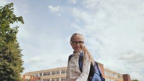 Ευτυχή άλματα μαθητριών εντεκάχρονων παιδιών στις ευτυχείς συγκινήσεις απόθεμα βίντεο