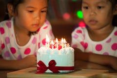 Ευτυχή δίδυμα δύο ασιατικά μικρά κορίτσια που γιορτάζουν τα γενέθλια Στοκ εικόνα με δικαίωμα ελεύθερης χρήσης