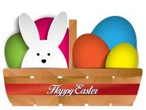 Ευτυχή λαγουδάκι και αυγά κουνελιών Πάσχας στο καλάθι Στοκ εικόνες με δικαίωμα ελεύθερης χρήσης