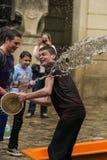 Ευτυχή αγόρια που χύνουν το νερό το ένα στο άλλο Στοκ εικόνες με δικαίωμα ελεύθερης χρήσης