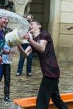 Ευτυχή αγόρια που χύνουν το νερό το ένα στο άλλο Στοκ Φωτογραφίες