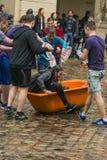 Ευτυχή αγόρια που χύνουν το νερό στο κορίτσι Στοκ Φωτογραφίες
