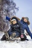 Ευτυχή αγόρια στο έλκηθρο Στοκ Εικόνες