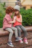 Ευτυχή αγόρι και κορίτσι με το coctail Στοκ Εικόνα