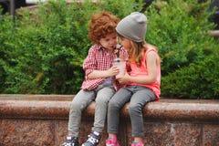 Ευτυχή αγόρι και κορίτσι με το coctail Στοκ Εικόνες