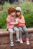 Ευτυχή αγόρι και κορίτσι με το coctail Στοκ εικόνα με δικαίωμα ελεύθερης χρήσης