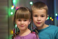 Ευτυχή αγόρι και κορίτσι παιδιών από κοινού 3 οικογενειακά κορίτσια καναπέδων φωτογραφικών μηχανών που φαίνονται πορτοκαλί πορτρέ Στοκ εικόνα με δικαίωμα ελεύθερης χρήσης