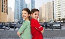 Ευτυχή αγόρι και κορίτσι που στέκονται από κοινού Στοκ φωτογραφία με δικαίωμα ελεύθερης χρήσης