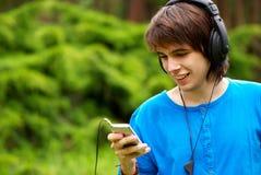 ευτυχή ακουστικά αγορ&iot Στοκ εικόνα με δικαίωμα ελεύθερης χρήσης