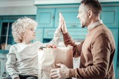 Ευτυχή αρσενικά σχετικά με τα χέρια εξετάζοντας το ένα το άλλο στοκ φωτογραφίες