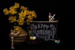 Ευτυχή αυγά Πάσχας άνοιξη με δύο μανεκέν Στοκ Φωτογραφία