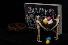 Ευτυχή αυγά Πάσχας άνοιξη με δύο μανεκέν Στοκ φωτογραφία με δικαίωμα ελεύθερης χρήσης