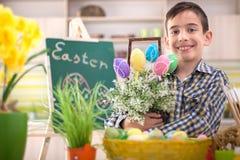 Ευτυχή αυγά Πάσχας εκμετάλλευσης αγοριών χαμόγελου νέα Στοκ εικόνα με δικαίωμα ελεύθερης χρήσης