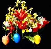 Ευτυχή αυγά Πάσχας και λουλούδια Στοκ εικόνα με δικαίωμα ελεύθερης χρήσης