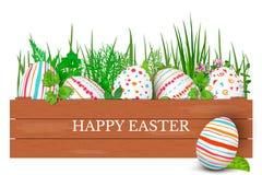 Ευτυχή αυγά Πάσχας σε μια σειρά με το κείμενο Ζωηρόχρωμα αυγά Πάσχας στον κύκλο στο χρυσό υπόβαθρο Πηγή χεριών Στοκ Φωτογραφία