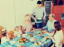 Ευτυχή γενέθλια οικογενειακού εορτασμού στο εορταστικό γεύμα Στοκ Εικόνα