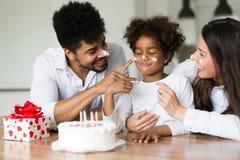 Ευτυχή γενέθλια οικογενειακού εορτασμού του παιδιού τους Στοκ εικόνα με δικαίωμα ελεύθερης χρήσης