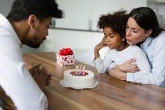 Ευτυχή γενέθλια οικογενειακού εορτασμού του παιδιού τους Στοκ Εικόνες