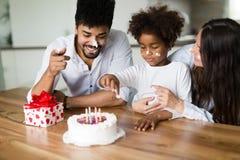 Ευτυχή γενέθλια οικογενειακού εορτασμού του παιδιού τους Στοκ φωτογραφία με δικαίωμα ελεύθερης χρήσης