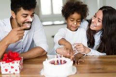 Ευτυχή γενέθλια οικογενειακού εορτασμού του παιδιού τους Στοκ Εικόνα