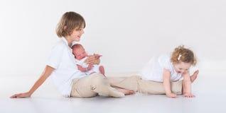 Ευτυχή γελώντας παιδιά που παίζουν μαζί στο άσπρο δωμάτιο Στοκ φωτογραφία με δικαίωμα ελεύθερης χρήσης