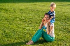 Ευτυχή γυναίκα και παιδί που έχουν τη διασκέδαση υπαίθρια στο λιβάδι στοκ φωτογραφίες με δικαίωμα ελεύθερης χρήσης