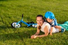Ευτυχή γυναίκα και παιδί που έχουν τη διασκέδαση υπαίθρια στο λιβάδι στοκ εικόνες με δικαίωμα ελεύθερης χρήσης
