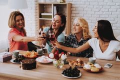 Ευτυχή γυναίκες και Wain Γευματίζων για τους ευτυχείς ανθρώπους στοκ φωτογραφία