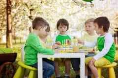 Ευτυχή γλυκά προσχολικά παιδιά, πέμπτα γενέθλια εορτασμού του $cu Στοκ φωτογραφία με δικαίωμα ελεύθερης χρήσης