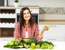 Ευτυχή δαγκώματα Apple γυναικών στοκ φωτογραφία