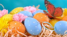 Ευτυχή διακοσμήσεις Πάσχας, αυγά και λουλούδια άνοιξη φιλμ μικρού μήκους