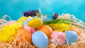 Ευτυχή διακοσμήσεις Πάσχας, αυγά και λουλούδια άνοιξη απόθεμα βίντεο