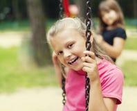 Ευτυχή δύο κορίτσια Στοκ φωτογραφία με δικαίωμα ελεύθερης χρήσης