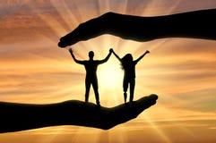 Ευτυχή εκτός λειτουργίας χέρια εκμετάλλευσης ανδρών και γυναικών με τα προσθετικά χέρια και πόδια στα χέρια της βοήθειας Στοκ εικόνες με δικαίωμα ελεύθερης χρήσης