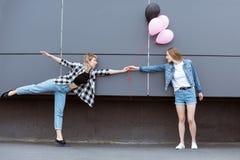 Ευτυχή λεσβιακά χέρια εκμετάλλευσης ζευγών με τα μπαλόνια αέρα υπαίθρια Στοκ φωτογραφία με δικαίωμα ελεύθερης χρήσης