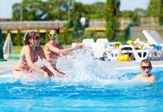 Ευτυχή εφηβικά παιδιά που καταβρέχουν το νερό στη λίμνη Στοκ φωτογραφία με δικαίωμα ελεύθερης χρήσης