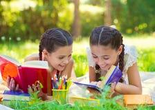 Ευτυχή ισπανικά κορίτσια που σύρουν και που μελετούν στο πάρκο Στοκ φωτογραφίες με δικαίωμα ελεύθερης χρήσης