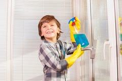 Ευτυχή καθαρίζοντας παράθυρα μικρών παιδιών στο εσωτερικό Στοκ Εικόνα