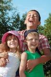 ευτυχή κατσίκια φίλων υπ&alp στοκ φωτογραφίες