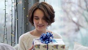 Ευτυχή κιβώτια δώρων εκμετάλλευσης γυναικών με τη διακόσμηση Χαρούμενα Χριστούγεννας στο υπόβαθρο παραθύρων Κλείστε επάνω των δώρ απόθεμα βίντεο