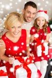 Ευτυχή κιβώτια δώρων οικογενειακού ανοίγματος στοκ εικόνα
