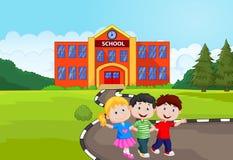 Ευτυχή κινούμενα σχέδια παιδιών σχολείου μπροστά από το σχολείο Στοκ φωτογραφία με δικαίωμα ελεύθερης χρήσης