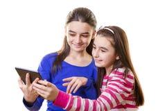 Ευτυχή κορίτσια εφήβων με την ψηφιακή ταμπλέτα Στοκ Φωτογραφία