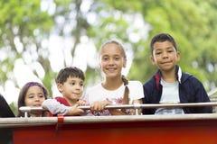 Ευτυχή κορίτσια και αγόρια στο αυτοκίνητο πυροσβεστών Στοκ εικόνες με δικαίωμα ελεύθερης χρήσης