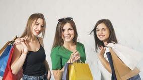 Ευτυχή κορίτσια μετά από να ψωνίσει φιλμ μικρού μήκους