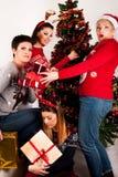 Ευτυχή κορίτσια με τα κιβώτια δώρων και το χριστουγεννιάτικο δέντρο Στοκ εικόνα με δικαίωμα ελεύθερης χρήσης