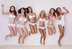Ευτυχή κορίτσια ομορφιάς Στοκ φωτογραφίες με δικαίωμα ελεύθερης χρήσης